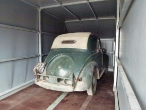 Ma petite Simca 5 vient de monter dans une remorque surdimensionnée, direction le garage.