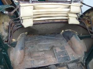 Une fois les coffrages retirés, voici l'arrière de la voiture. A droite, la trappe d'accès à la batterie.