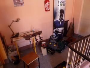 Mon atelier provisoire de fortune installé sur le palier. Une table d'écolier en guise d'établi pour mes travaux pratiques.