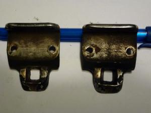 attaches-capote fixés sur le montant au dessus du pare-brise (la partie complémentaire est fixée sur le devant de la capote=.